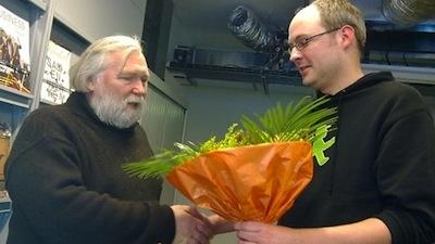 henk scholte ontvangt een bloemetje van gertjan van stralen - foto karel oosterhuis
