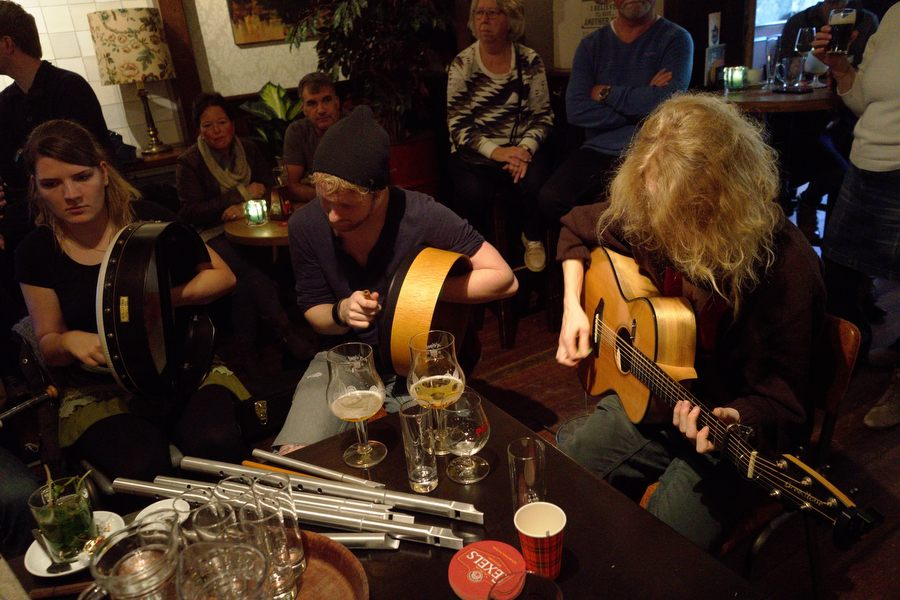 Sessie in café Ons Dorp