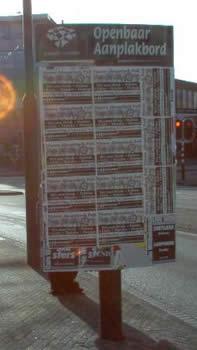 aanplakbord met posters van NAP